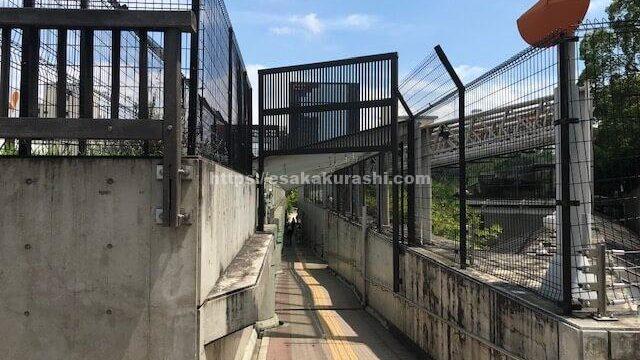 江坂図書館の上を通る通路