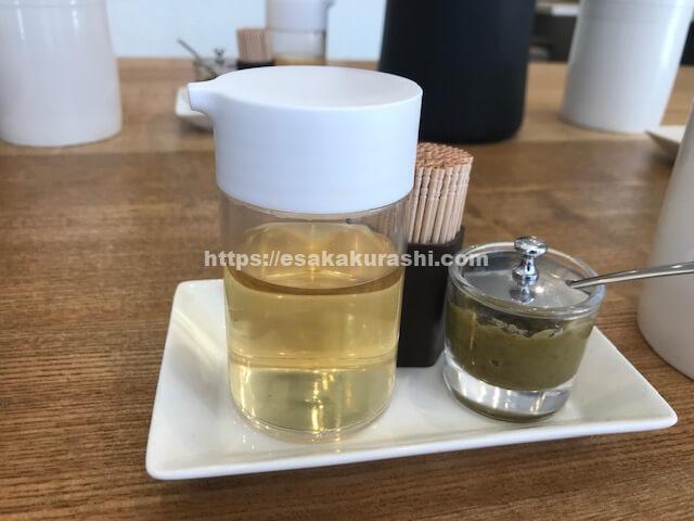 テーブルに置かれた柚子胡椒と酢