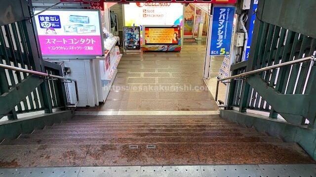 コメダ珈琲江坂店が入っているビルの階段